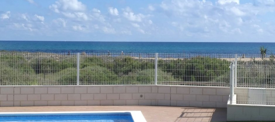 Apartments with sea views, community pool and sunbathing area